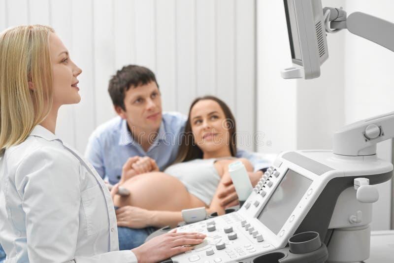 Θηλυκός γιατρός που εξετάζει την οθόνη στο ιατρικό κέντρο στοκ εικόνες