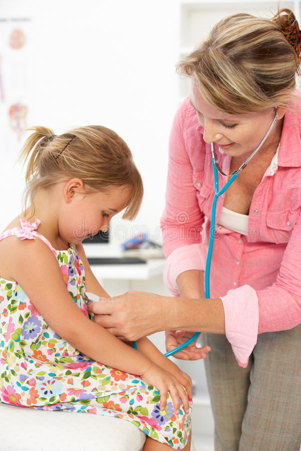 Θηλυκός γιατρός που εξετάζει το παιδί στοκ φωτογραφίες