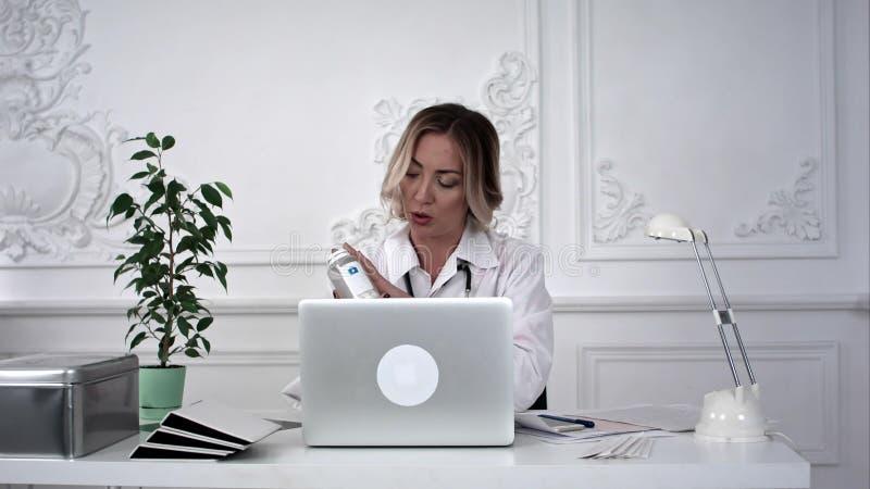 Θηλυκός γιατρός που εργάζεται στο lap-top της στην αρχή Timelaps στοκ εικόνα με δικαίωμα ελεύθερης χρήσης