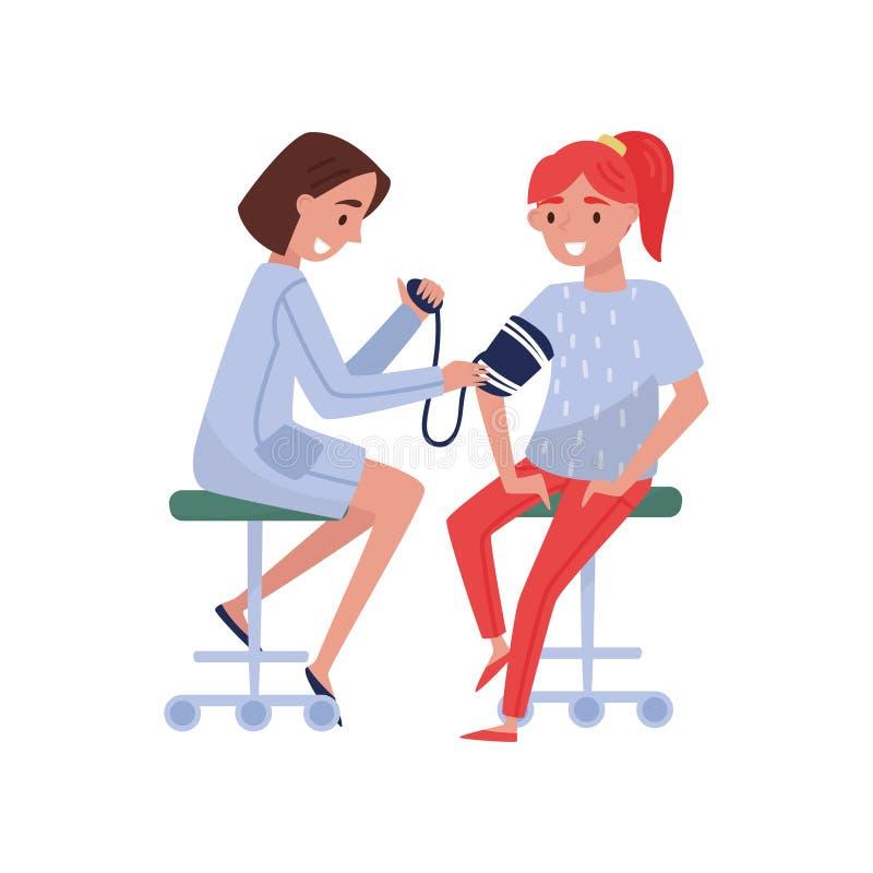 Θηλυκός γιατρός που μετρά τη πίεση του αίματος στο θηλυκό ασθενή, την ιατρική περίθαλψη και τη διανυσματική απεικόνιση έννοιας υγ διανυσματική απεικόνιση
