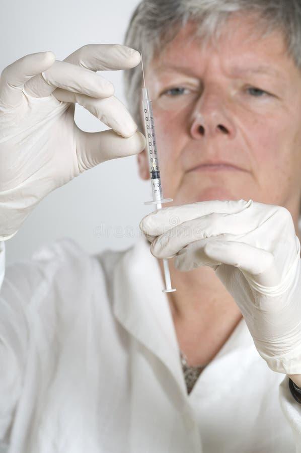 Download Θηλυκός γιατρός που προετοιμάζεται για την έγχυση Στοκ Εικόνες - εικόνα από κρύο, ανασκόπησης: 17054912