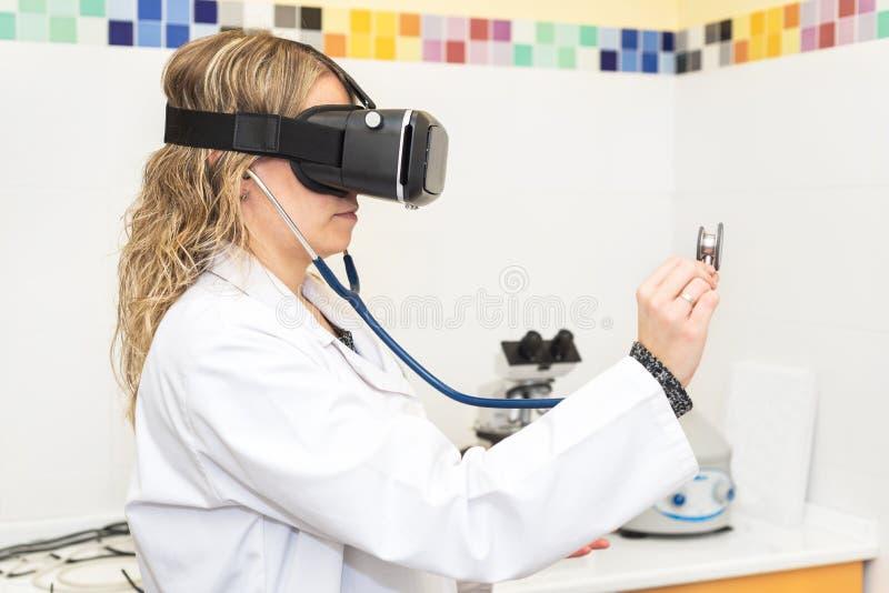 Θηλυκός γιατρός που φορά τα γυαλιά εικονικής πραγματικότητας Ιατρική έννοια τεχνολογίας στοκ εικόνα με δικαίωμα ελεύθερης χρήσης