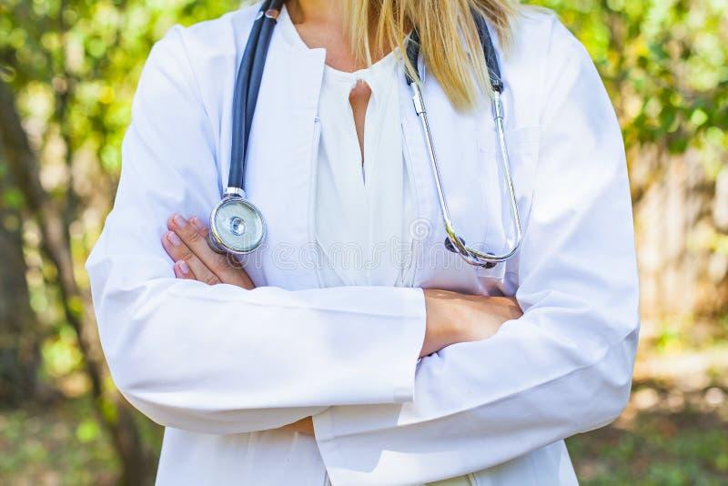 Θηλυκός γιατρός τα όπλα που διασχίζονται με στοκ εικόνες