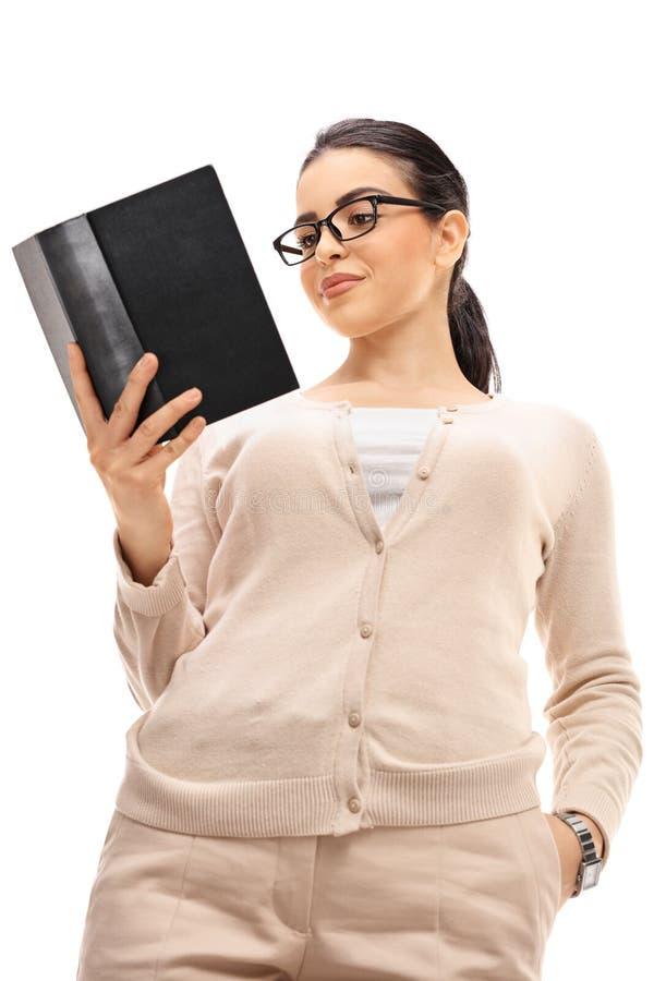 Θηλυκός δάσκαλος που διαβάζει ένα βιβλίο στοκ φωτογραφία με δικαίωμα ελεύθερης χρήσης