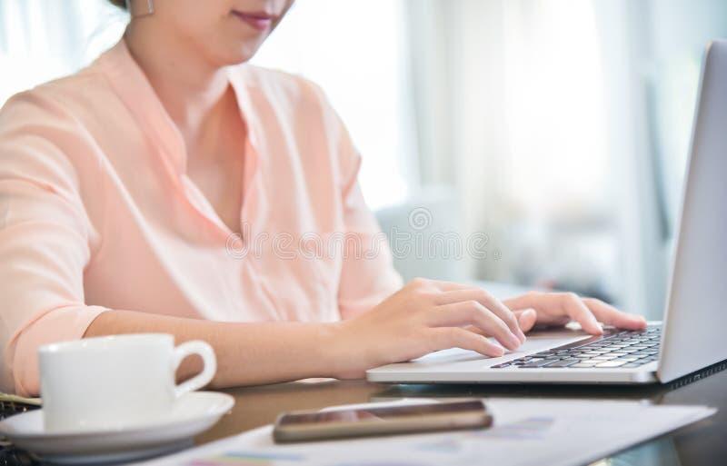 Θηλυκός δημιουργικός σχεδιαστής που εργάζεται με το φορητό προσωπικό υπολογιστή στοκ φωτογραφία με δικαίωμα ελεύθερης χρήσης