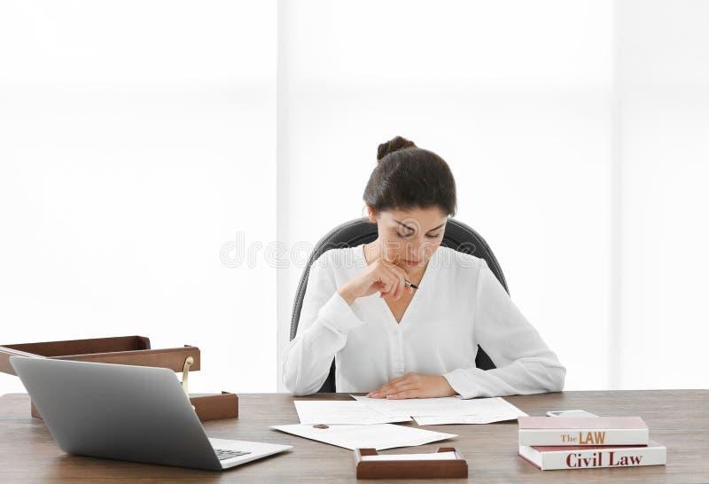 Θηλυκός δικηγόρος που εργάζεται με τα έγγραφα στην αρχή στοκ φωτογραφία