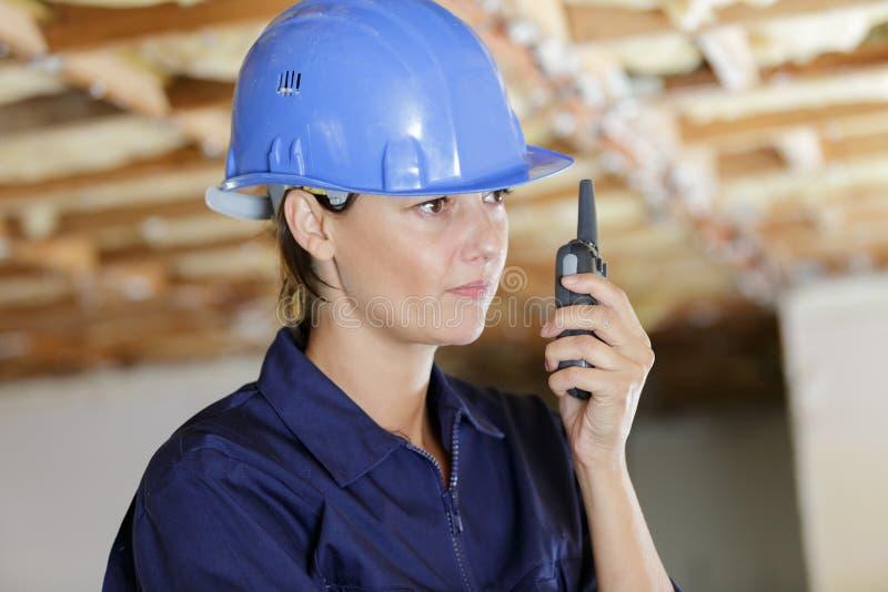 Θηλυκός επιστάτης με walkie-talkie στα χέρια στοκ εικόνες με δικαίωμα ελεύθερης χρήσης