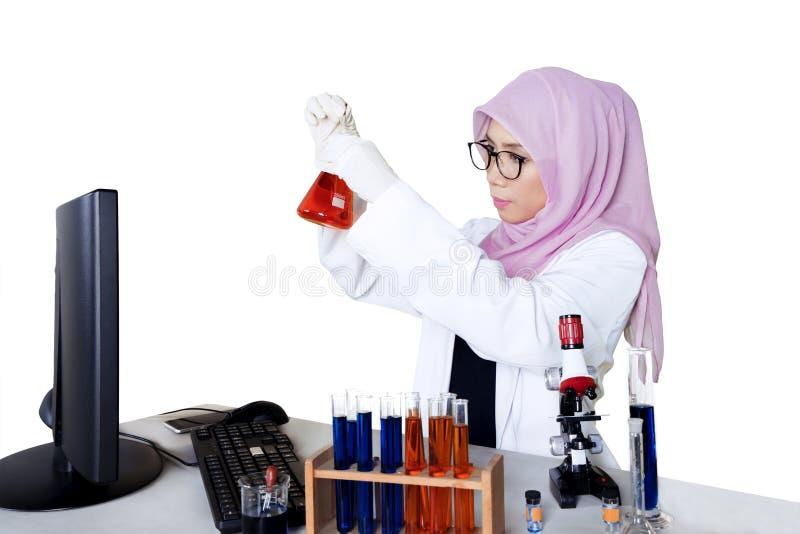 Θηλυκός επιστήμονας που κάνει τη χημική έρευνα στοκ εικόνες με δικαίωμα ελεύθερης χρήσης