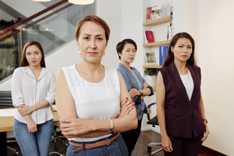 Θηλυκός ηγέτης με την ομάδα της στοκ φωτογραφία με δικαίωμα ελεύθερης χρήσης