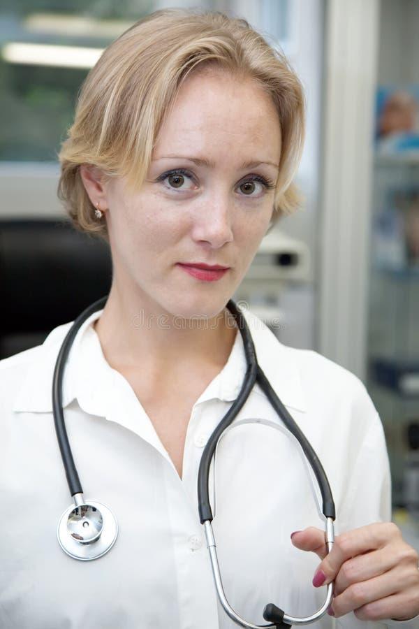 Download θηλυκός ιατρικός επαγγ&eps στοκ εικόνες. εικόνα από έρευνα - 13182324