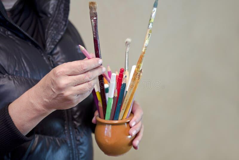 Θηλυκός καλλιτέχνης με τις βούρτσες στοκ εικόνες με δικαίωμα ελεύθερης χρήσης