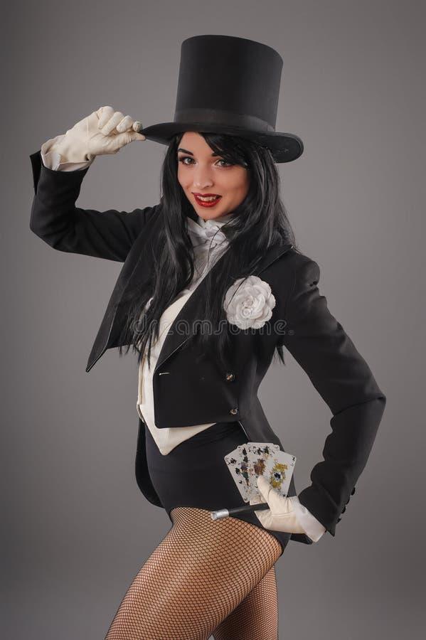 Θηλυκός μάγος στο κοστούμι εκτελεστών με το μαγικό ασβέστιο ράβδων και παιχνιδιού στοκ εικόνες με δικαίωμα ελεύθερης χρήσης