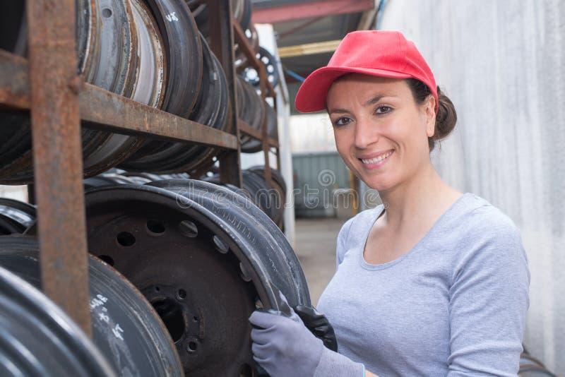Θηλυκός μηχανικός άξονας αυτοκινήτων έρευνας στοκ εικόνες με δικαίωμα ελεύθερης χρήσης
