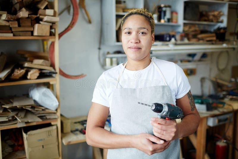 Θηλυκός ξυλουργός με το τρυπάνι στοκ εικόνα