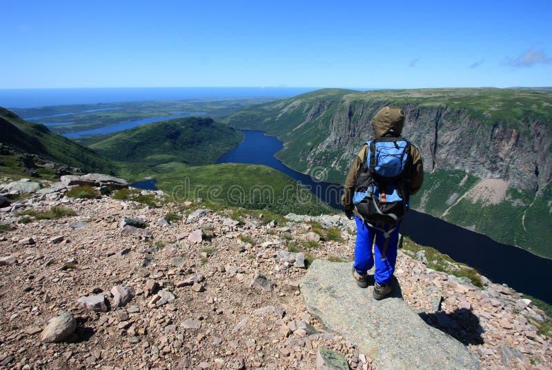 Θηλυκός οδοιπόρος επάνω από τη λίμνη δέκα μιλι'ου στοκ εικόνες