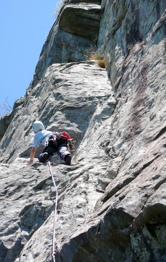 Θηλυκός ορειβάτης βράχου σε μια απότομη και δύσκολη διαδρομή αναρρίχησης στις Άλπεις της Ελβετίας στοκ εικόνες