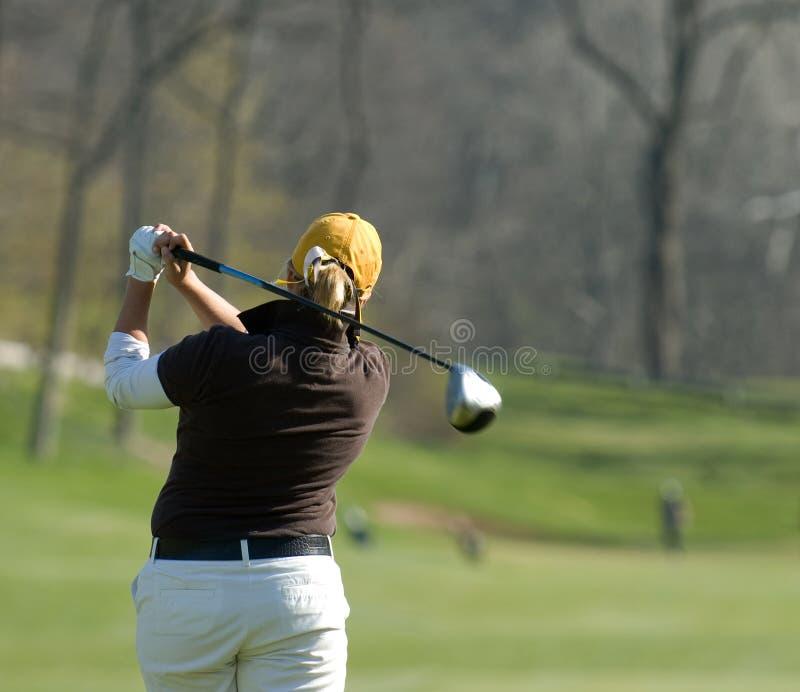 Θηλυκός παίκτης γκολφ που λαμβάνεται από πίσω στοκ φωτογραφίες με δικαίωμα ελεύθερης χρήσης