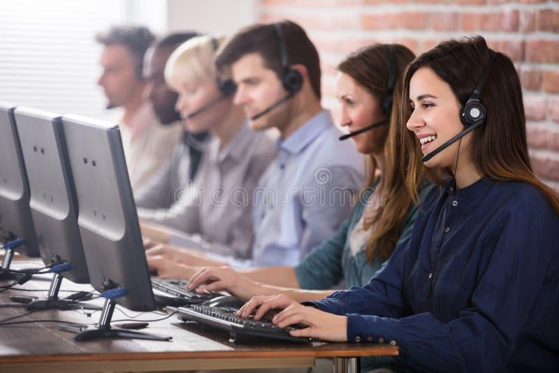 Θηλυκός πράκτορας εξυπηρετήσεων πελατών στο τηλεφωνικό κέντρο