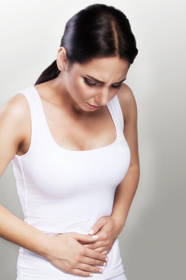 Θηλυκός πόνος Ένα κορίτσι που πάσχει από ένα επίπονο στομάχι, που κρατά τα χέρια στο στομάχι της Προβλήματα υγείας, έννοια της υγ στοκ εικόνες με δικαίωμα ελεύθερης χρήσης