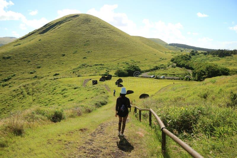 Θηλυκός ταξιδιώτης που εξερευνά τον κρατήρα Puna Πάου, το κόκκινο λατομείο Scoria για αποκαλούμενο Topknots Pukao των αγαλμάτων M στοκ εικόνες με δικαίωμα ελεύθερης χρήσης