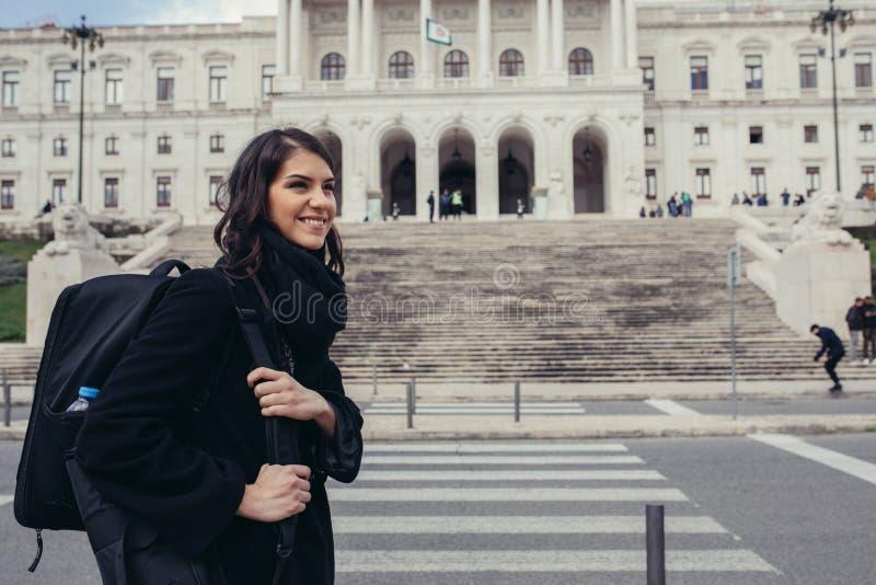 Θηλυκός τουρίστας που στέκεται μπροστά από το Κοινοβούλιο της Πορτογαλίας, συνέλευση της Δημοκρατίας στοκ εικόνα