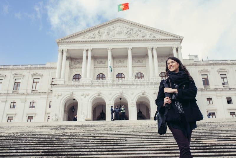Θηλυκός τουρίστας που στέκεται μπροστά από το Κοινοβούλιο της Πορτογαλίας, συνέλευση της Δημοκρατίας στοκ φωτογραφίες