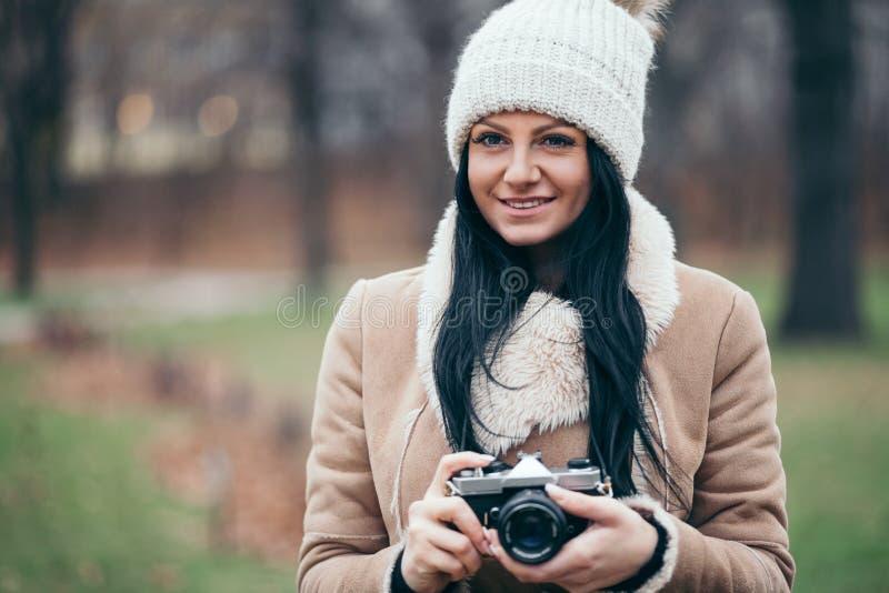 Θηλυκός φωτογράφος που παίρνει τις εικόνες υπαίθρια με μια εκλεκτής ποιότητας κάμερα στοκ φωτογραφία με δικαίωμα ελεύθερης χρήσης
