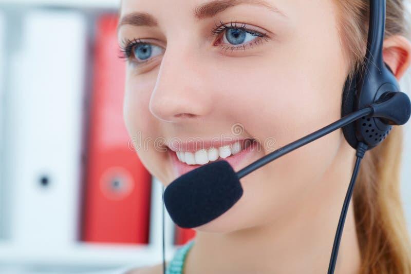 Θηλυκός χειριστής υπηρεσιών τηλεφωνικών κέντρων στην εργασία Πορτρέτο αρκετά του υπαλλήλου helpdesk θηλυκών με την κάσκα στον εργ στοκ φωτογραφίες