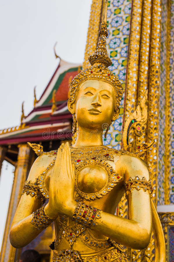 θηλυκός χρυσός φύλακας αγγέλου στοκ φωτογραφία με δικαίωμα ελεύθερης χρήσης