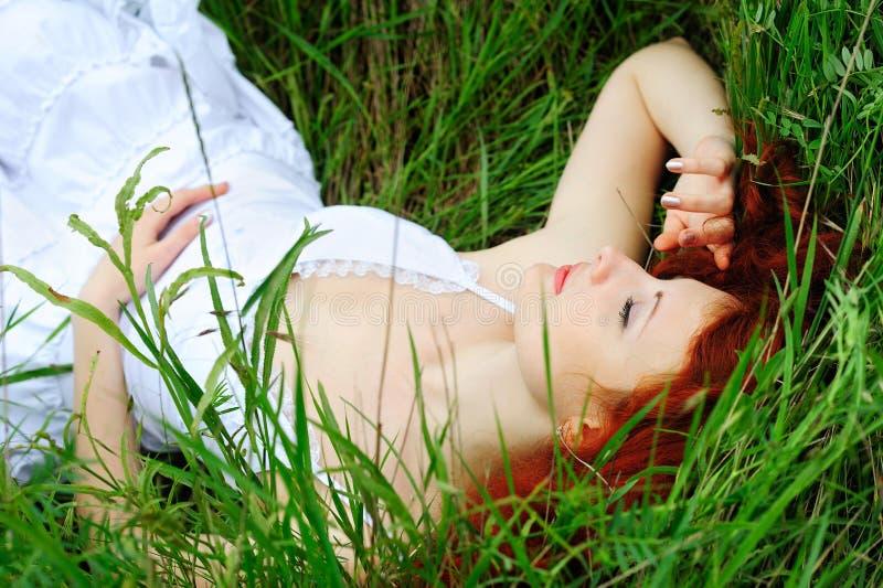 Θηλυκός ύπνος στη χλόη στοκ εικόνες με δικαίωμα ελεύθερης χρήσης