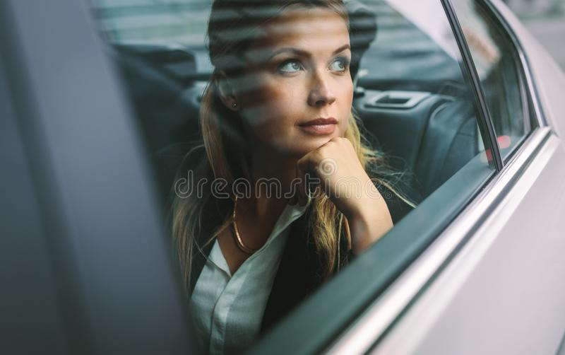 Θηλυκό ανώτατο στέλεχος επιχείρησης που ταξιδεύει με ένα αμάξι στοκ φωτογραφίες με δικαίωμα ελεύθερης χρήσης
