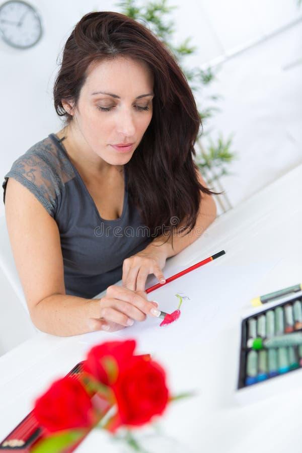 Θηλυκό δημιουργικό επιχειρησιακό σκίτσο σχεδίων στο σημειωματάριο στοκ εικόνες