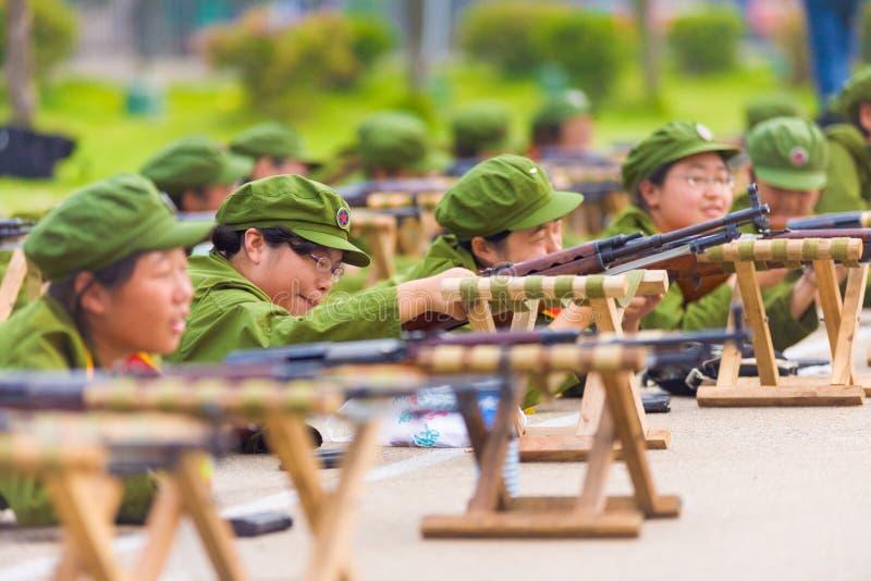 Θηλυκό κινεζικό πανεπιστημιακό τουφέκι στρατιωτικής εκπαίδευσης στοκ εικόνες