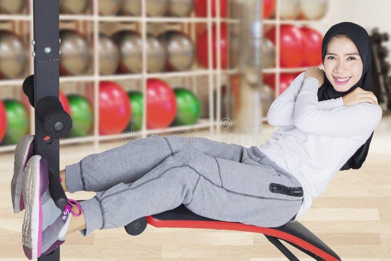 Θηλυκό μουσουλμανικό να κάνει κριτσανίζει workout στοκ φωτογραφία με δικαίωμα ελεύθερης χρήσης