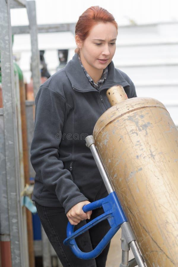 Θηλυκό μπουκάλι αερίου εκμετάλλευσης woker στοκ φωτογραφία με δικαίωμα ελεύθερης χρήσης