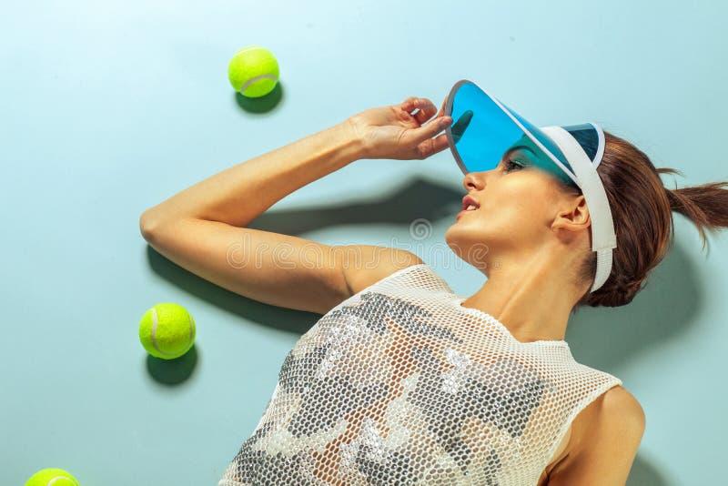 Θηλυκό μόδας με τις σφαίρες αντισφαίρισης στοκ φωτογραφίες με δικαίωμα ελεύθερης χρήσης