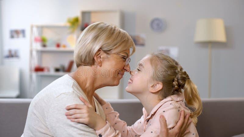 Θηλυκό να σπρώξει με τη μουσούδα παιδιών και γιαγιάδων, οικογενειακές γενεές και σύνδεση, στενότητα στοκ φωτογραφία με δικαίωμα ελεύθερης χρήσης