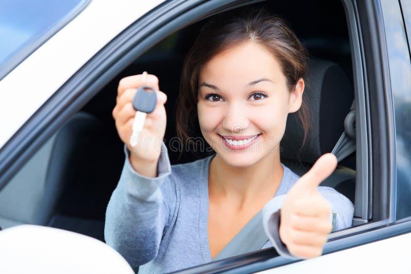 θηλυκό οδηγών ευτυχές στοκ φωτογραφία με δικαίωμα ελεύθερης χρήσης