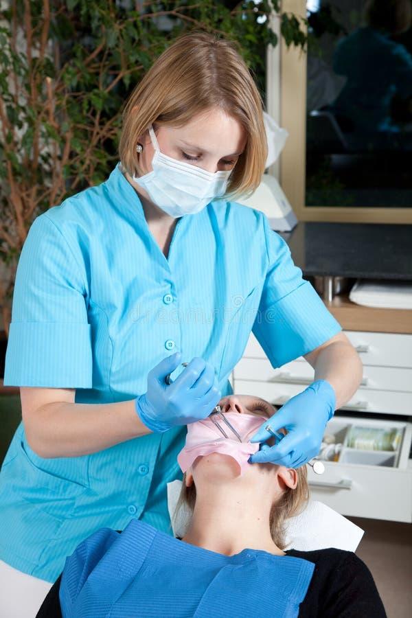 θηλυκό οδοντιάτρων η υπο& στοκ φωτογραφία με δικαίωμα ελεύθερης χρήσης