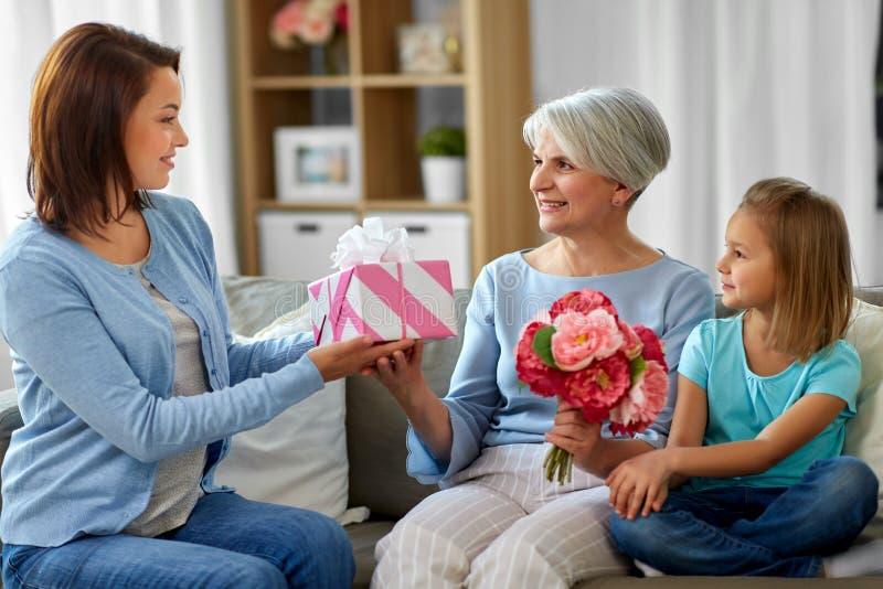 Θηλυκό οικογενειακό δόσιμο παρόν στη γιαγιά στοκ φωτογραφία με δικαίωμα ελεύθερης χρήσης