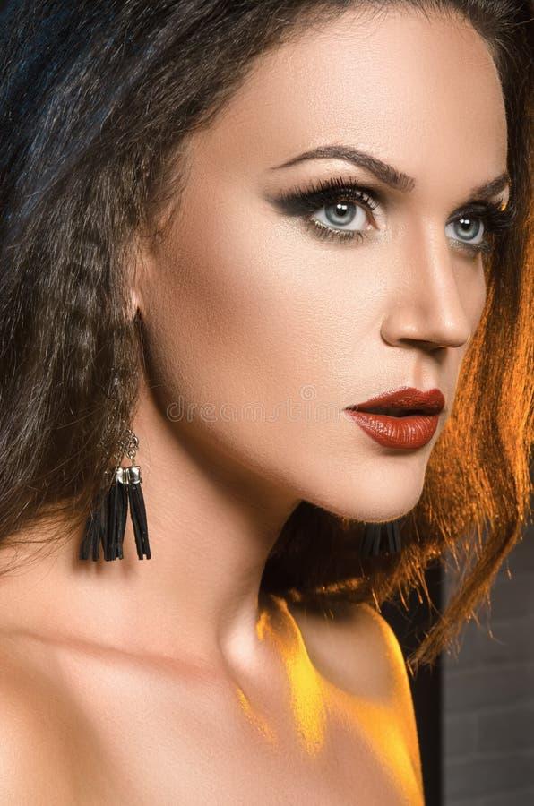 Θηλυκό πορτρέτο στο στούντιο, το έντονο φως από το backlight στοκ εικόνες
