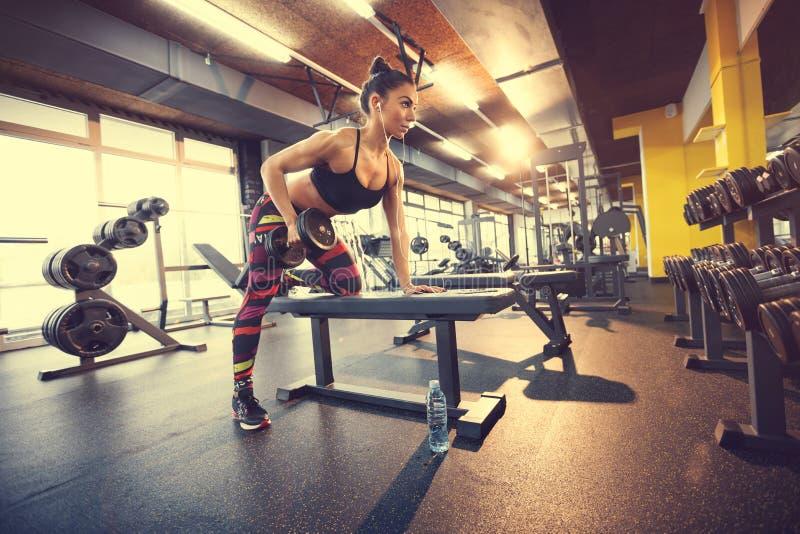 Θηλυκό που ασκεί στη γυμναστική με τον αλτήρα στοκ εικόνα με δικαίωμα ελεύθερης χρήσης