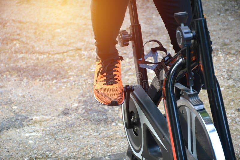 Θηλυκό που ασκεί στο ποδήλατο για την άσκηση και το υγιές lifestyl στοκ εικόνες