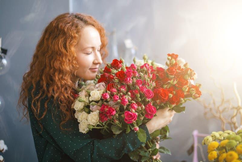 Θηλυκό που γεύεται τις γεύσεις και το δονούμενο χρώμα στην αγορά λουλουδιών στοκ εικόνες