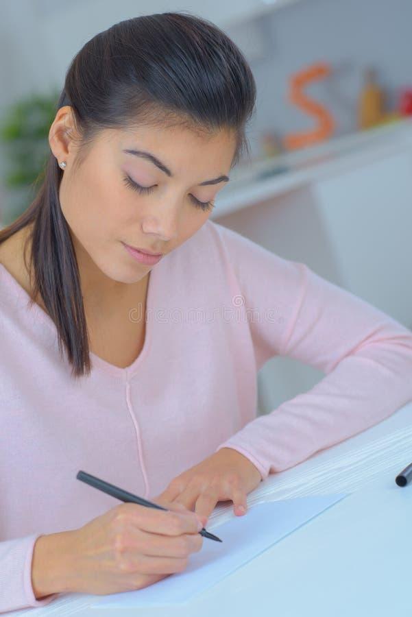 Θηλυκό που γράφει στο σημειωματάριο στοκ φωτογραφία με δικαίωμα ελεύθερης χρήσης