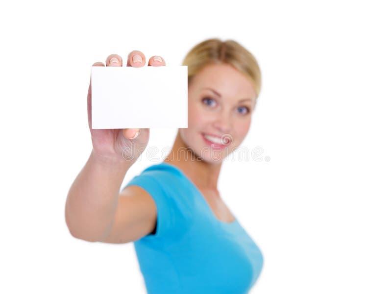 Θηλυκό που εμφανίζει άσπρη κάρτα bussiness στοκ εικόνες με δικαίωμα ελεύθερης χρήσης