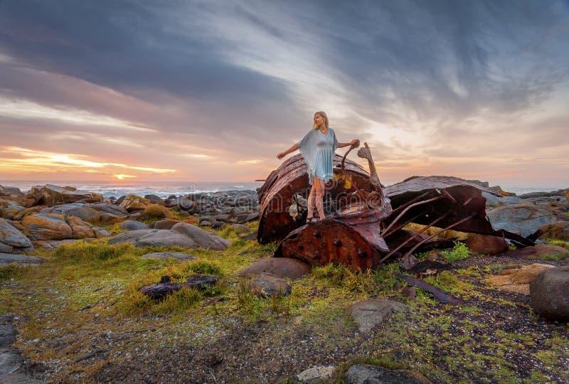 Θηλυκό που ερευνά τα ναυάγια οξύδωσης κατά μήκος της αυστραλιανής ακτής στοκ φωτογραφίες