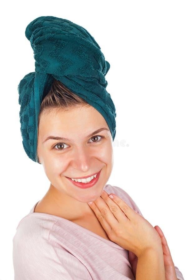 Θηλυκό που εφαρμόζει το πρόσωπο moisturizer στοκ εικόνες