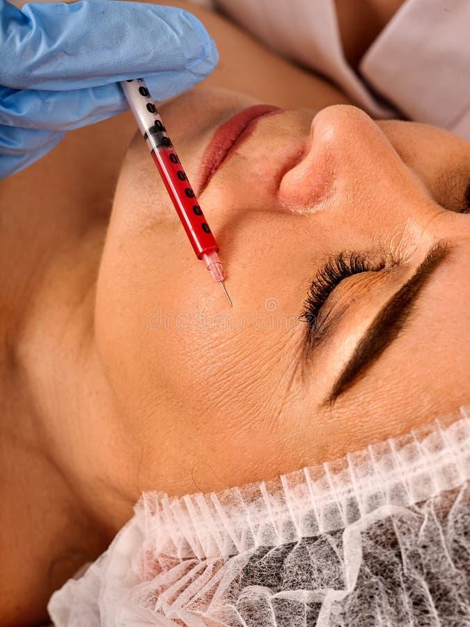 Θηλυκό πρόσωπο εγχύσεων υλικών πληρώσεως Πλαστική του προσώπου χειρουργική επέμβαση στην κλινική ομορφιάς στοκ εικόνες με δικαίωμα ελεύθερης χρήσης