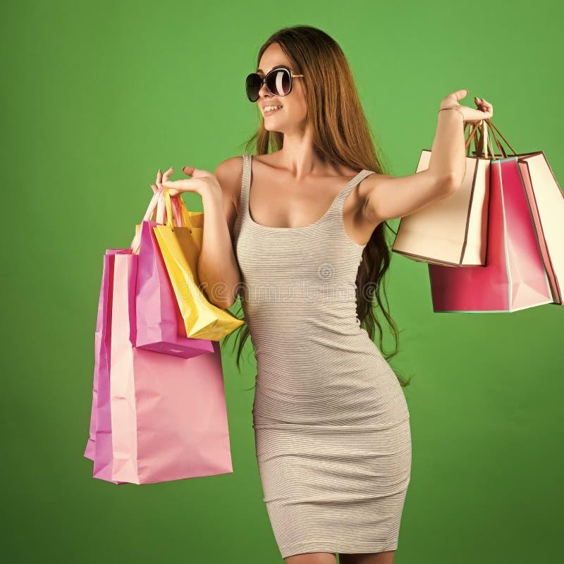 Θηλυκό πρόσωπο Ζητήματα που έχουν επιπτώσεις στα κορίτσια αγορές και πώληση, ευτυχής τσάντα αγορών λαβής γυναικών στοκ εικόνες με δικαίωμα ελεύθερης χρήσης